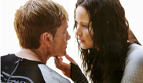 Peeta-Katniss-Beach-scene-catching-fire-36044365-497-289.jpg