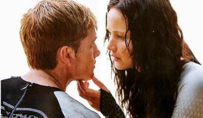 Peeta-Katniss-Beach-scene-catching-fire-36044365-497-289.jpg